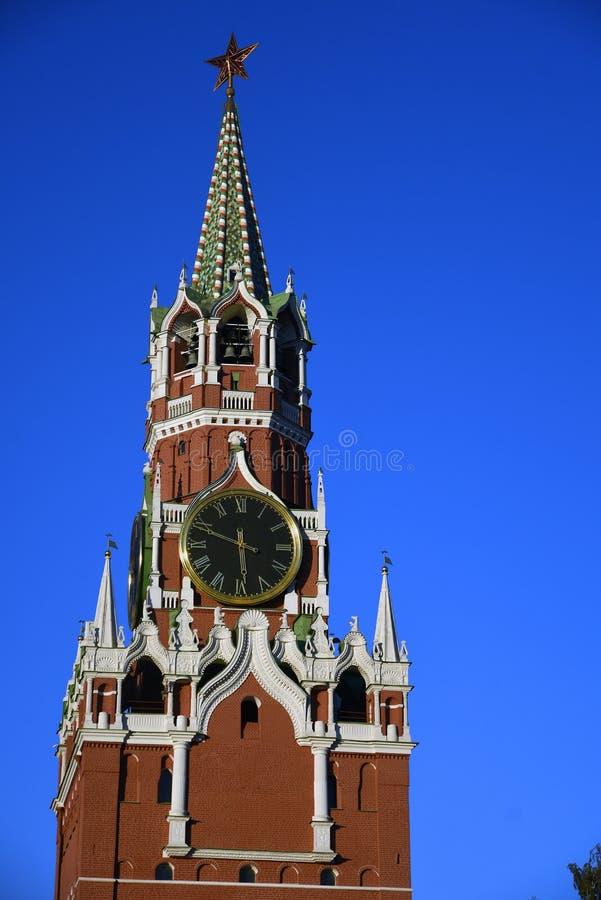 Moscovo Kremlin, torre de Spasskaya Fundo do c?u azul fotografia de stock royalty free