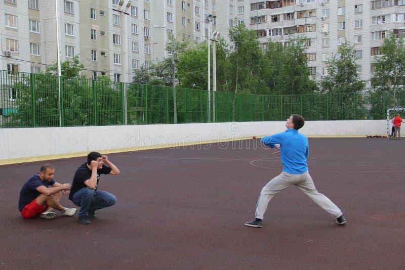 Moscovo, Rússia 5 de junho de 2015: jogo de voleibol na jarda fotografia de stock royalty free