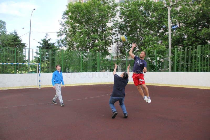 Moscovo, Rússia 5 de junho de 2015: jogo de voleibol na jarda imagem de stock