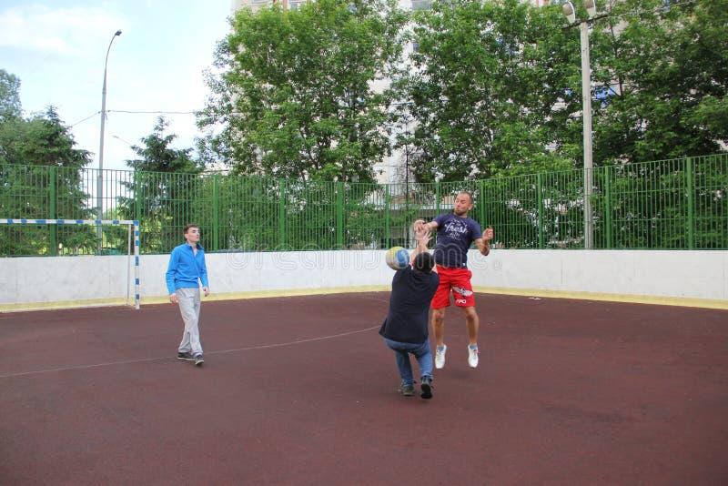 Moscovo, Rússia 5 de junho de 2015: jogo de voleibol na jarda fotos de stock royalty free