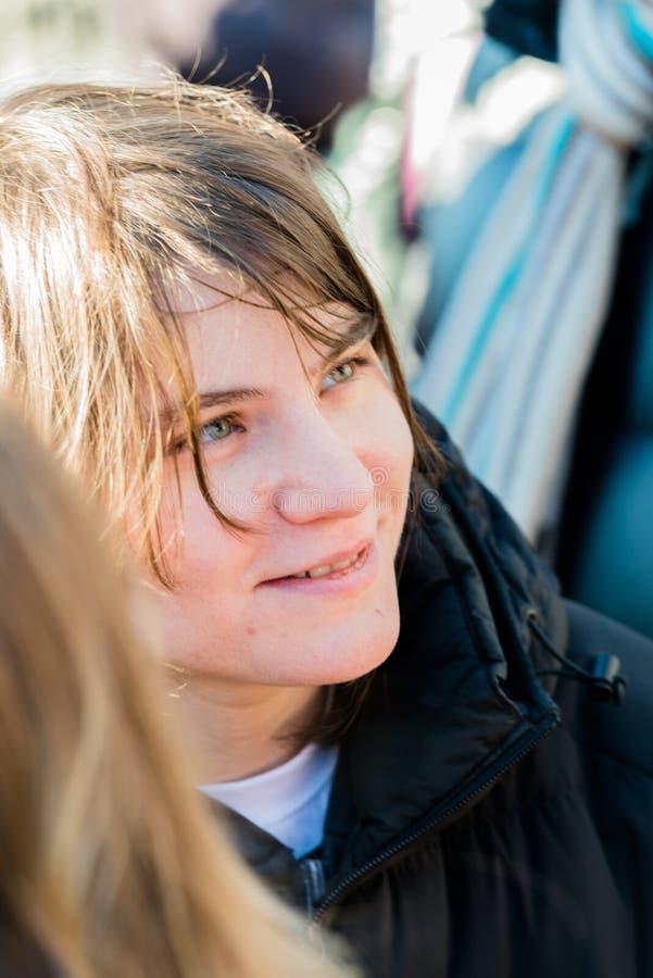Katerina Samutsevich, membro do motim do bichano, fala aos activistas o imagem de stock royalty free