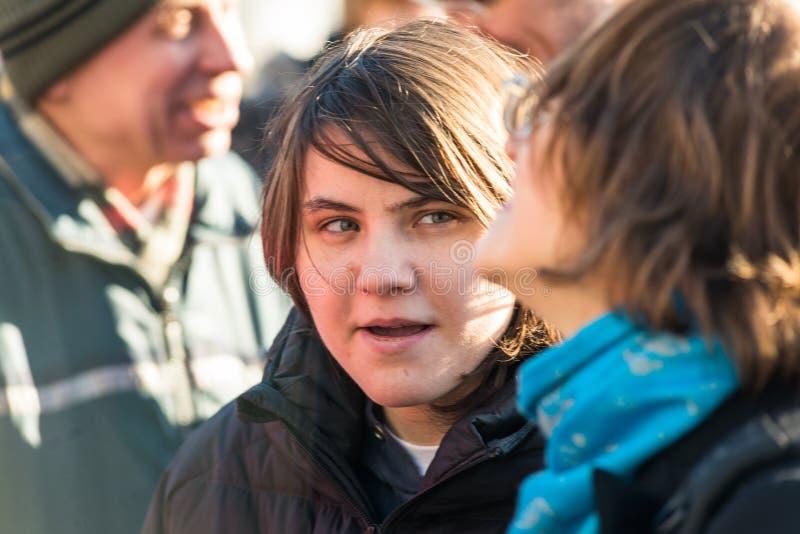 Katerina Samutsevich, membro do motim do bichano, fala aos activistas o fotografia de stock