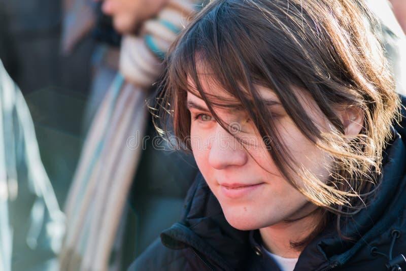 Katerina Samutsevich, membro do motim do bichano, fala aos activistas o fotografia de stock royalty free