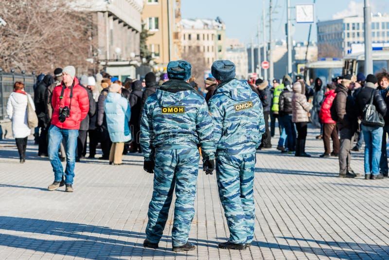 Os polícias olham activistas no piquete para livrar membros do motim do bichano foto de stock royalty free