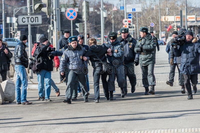 A polícia prende um dos activistas no piquete para livrar o motim do bichano foto de stock royalty free