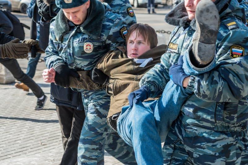 A polícia prende um dos activistas no piquete para livrar o motim do bichano imagens de stock royalty free