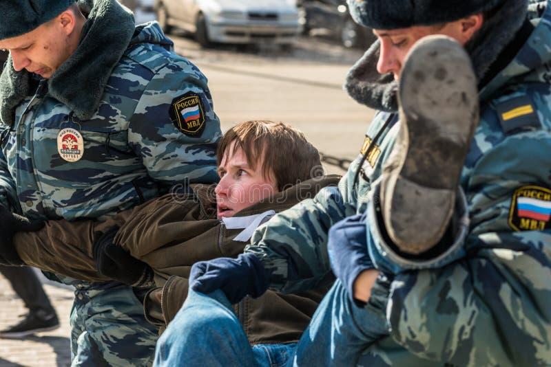 A polícia prende um dos activistas no piquete para livrar o motim do bichano imagens de stock