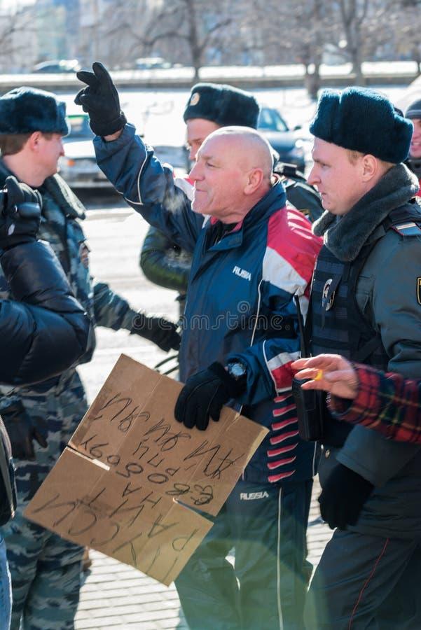A polícia prende um dos activistas no piquete para livrar o motim do bichano imagem de stock