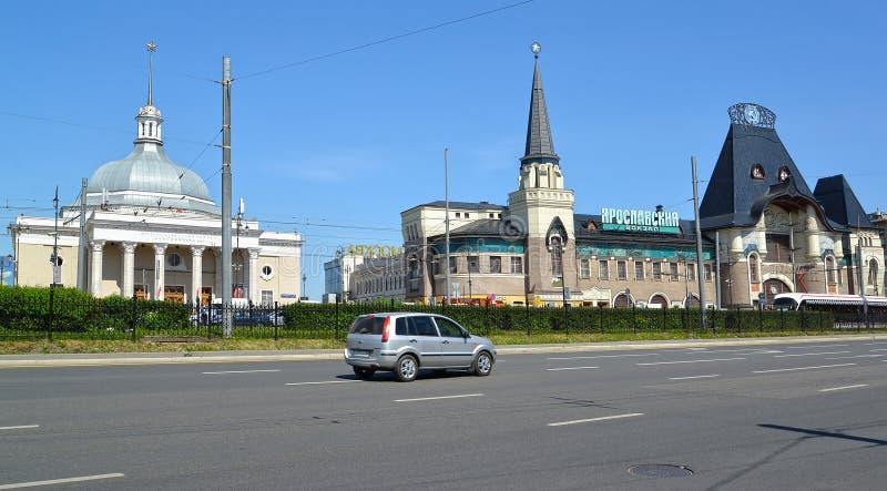 Moscovo, Rússia A estação de Yaroslavl e a estação de metro de Kommsomol no dia ensolarado Quadrado de Komsomolskaya foto de stock royalty free