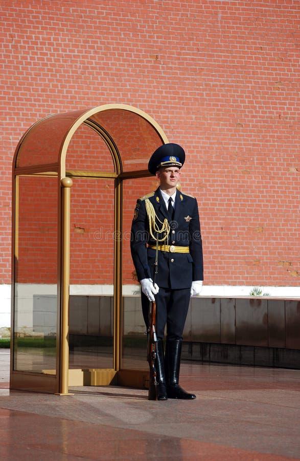 moscow Изменять предохранителя на усыпальнице неизвестного солдата в Aleksandrovsk к саду стоковая фотография rf