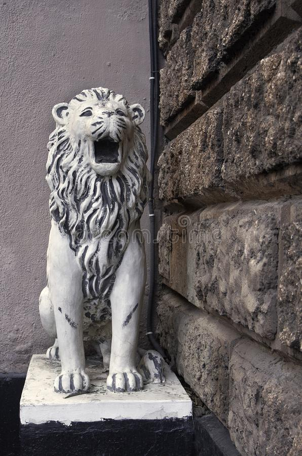 moscow Россия Диаграмма сидя льва на входе к своду жилого дома 38 на улице Goncharnaya стоковая фотография