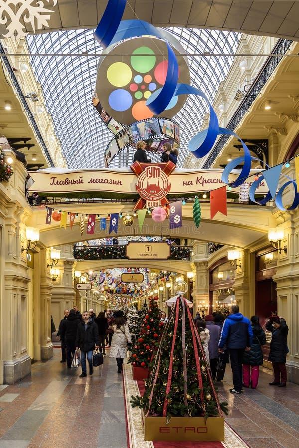 moscow Россия Люди с покупками и рождественскими елками со стеклянными шариками и ленты в КАМЕДИ на рождество и новый 2019 год стоковые фото