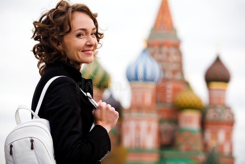 moscow czerwieni uśmiechnięta kwadratowa trwanie kobieta zdjęcie stock