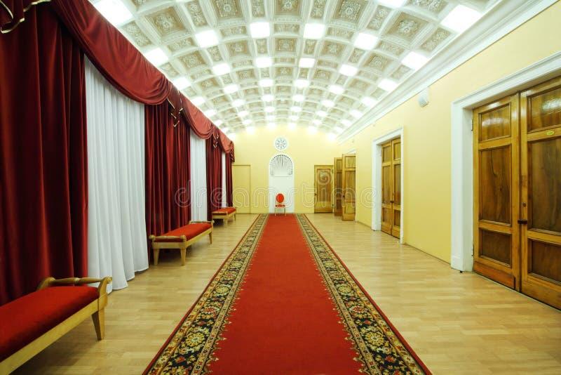 Hall med rött mattar i slott på Yauza arkivbild