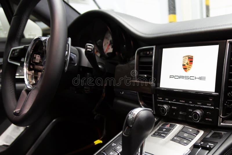 moscow Listopad 2018 Usuwający od kierownicy airbag Porsche Panamera naprawy pracy, egzamininuje w usługowym centrum obrazy royalty free