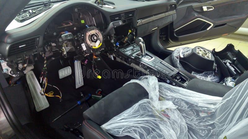 moscow Luty 2019 Premia samochodu naprawa Demontujący samochodowy wewnętrzny Porsche 911 Naprawianie elektronika, troubleshooting fotografia stock
