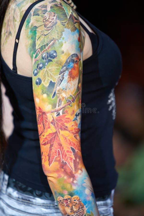 Tatuerat kvinnligt beväpnar på för landskamptatueringen för V Moscow regeln 2012 arkivfoto