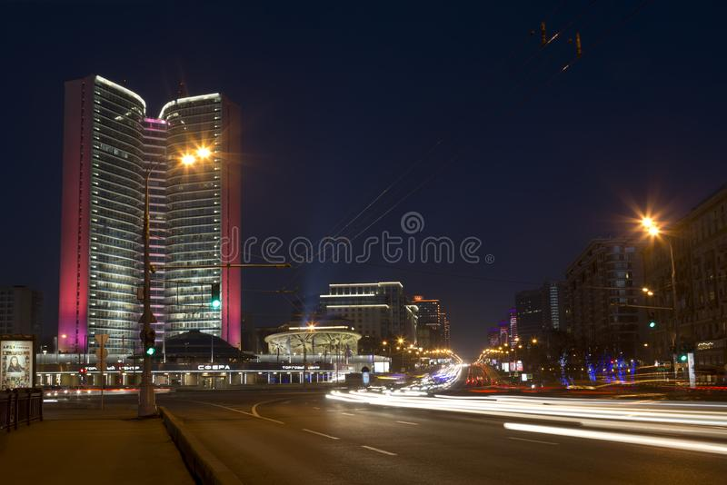 moscow natt Novoarbatskiy bro och stadshusMoskva p? natten fotografering för bildbyråer