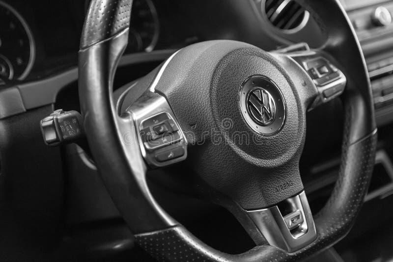 moscow November 2018 Multifunctional styrhjul Volkswagen R-linje läder Med skovelskiftare och knappar som kontrollerar royaltyfria foton