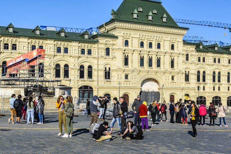 moscow Quadrado vermelho Turistas, cidadãos e outros povos para andar, relaxar, conversar e tomar imagens em um bom humor Rússia imagens de stock