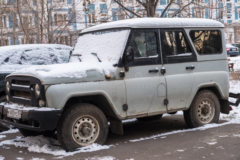 moscow Rússia NOVEMBRO, 30 2018: Caçador abandonado cinzento poderoso de SUV UAZ na jarda de uma casa fotografia de stock