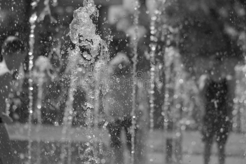 moscow Rosja Czerwiec 19, 2019 Dzieci kąpać się w odświeżającej kiści miasto fontanna na gorącym letnim dniu obraz stock