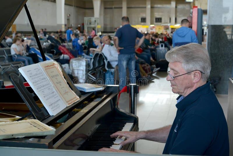 moscow Rosji Starszy mężczyzna bawić się na uroczystych pianinach w poczekalni Yaroslavl stacja obraz stock