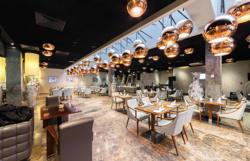 MOSCOW/RUSSIA - ЯНВАРЬ 2015 Современный интерьер роскошного ресторана стейка стоковое изображение rf