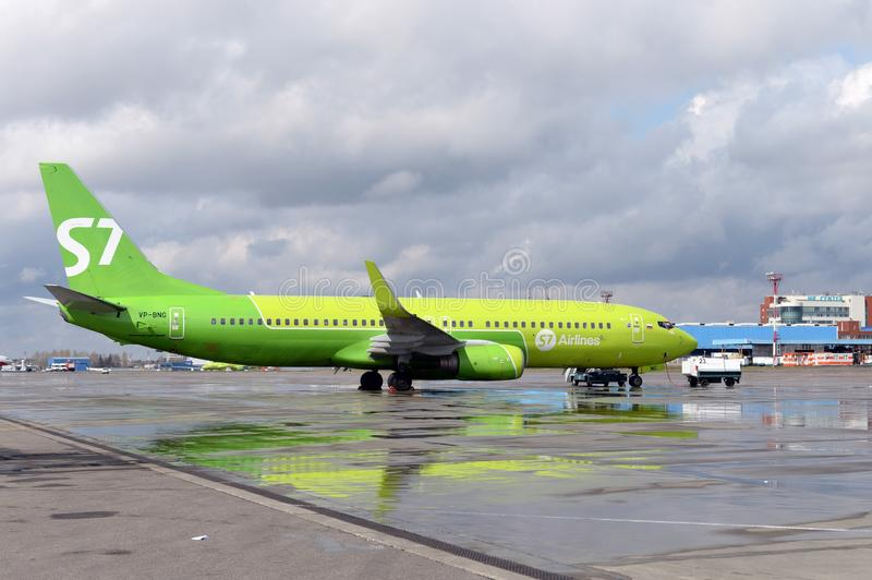 Preparing for the departure of the Boeing 737-800 aircraft flight number VP-BNG of S7 Siberia Airlines at Moscow Domodedovo Airp. MOSCOW, RUSSIA - APRIL 26, 2018 stock photography