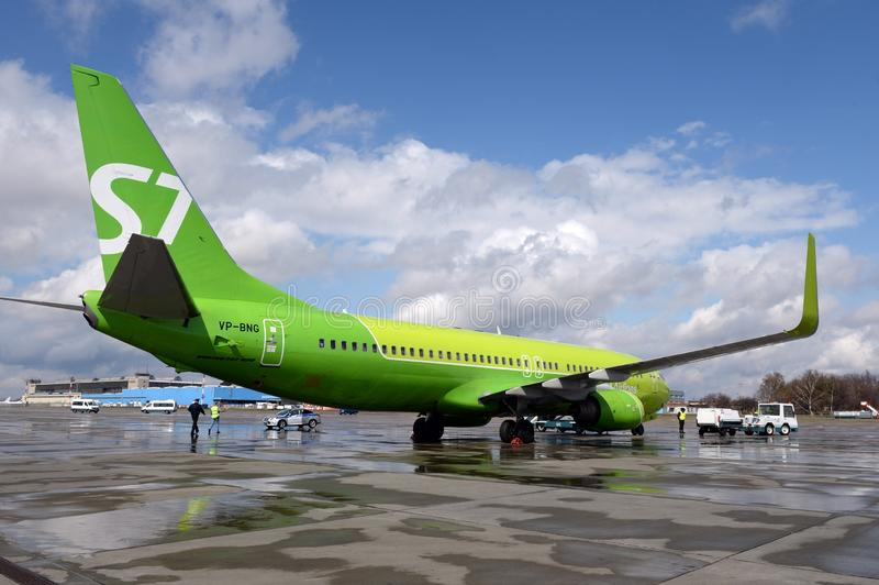 Preparing for the departure of the Boeing 737-800 aircraft flight number VP-BNG of S7 Siberia Airlines at Moscow Domodedovo Airp. MOSCOW, RUSSIA - APRIL 26, 2018 royalty free stock photos