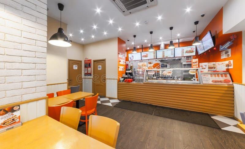 MOSCOW/RUSSIA - DECEMBER 2014 Kafésnabbmat - GlowSubs smörgåsar Stå utfärda en beställning till kassaapparaten och menyn royaltyfria bilder