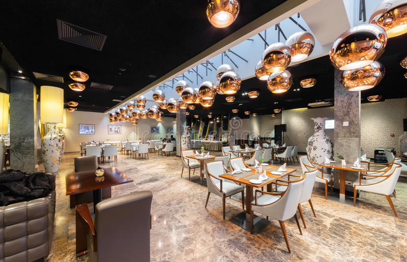 MOSCOW/RUSSIA - EM JANEIRO DE 2015 Interior moderno de um restaurante luxuoso do bife imagem de stock royalty free