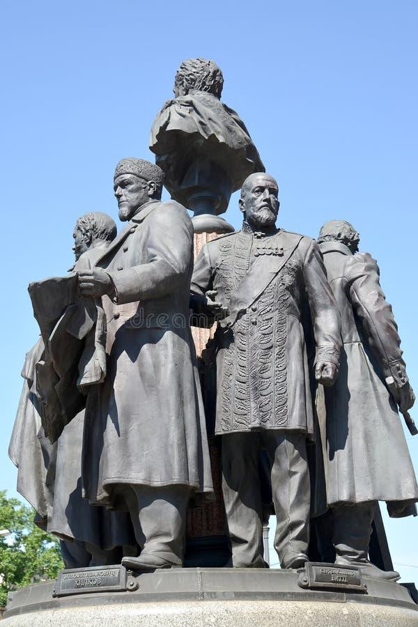 moscow russia En monument till grundare av ryska järnvägar mot bakgrunden av himlen royaltyfri foto
