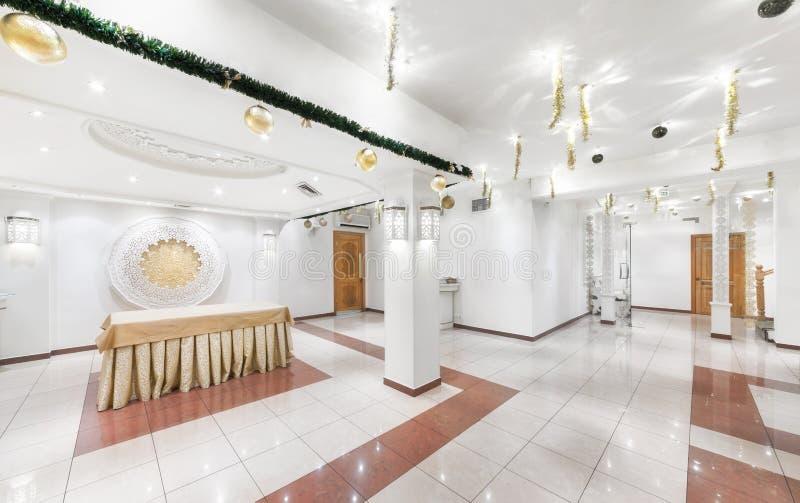 MOSCOW/RUSSIA - GRUDZIEŃ 2014 Wnętrze luksusowa restauracja uzbek kuchnia - Babay klub w orientalnym stylu Biały bal zdjęcia stock