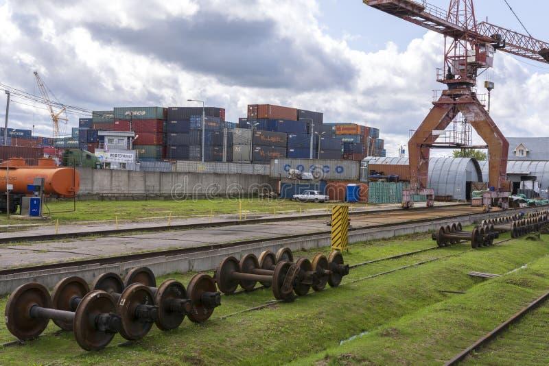 moscow russia 19 Juli 2019 Lastterminal Lager med metallbehållare Lastkran på stänger arkivfoton