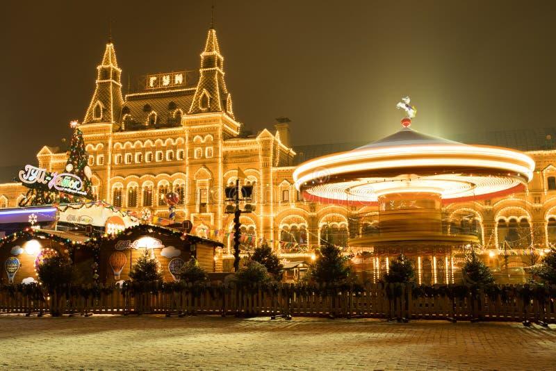 moscow russia Karusell med att tända nära GUMMIfasaden på rött Sq arkivfoton