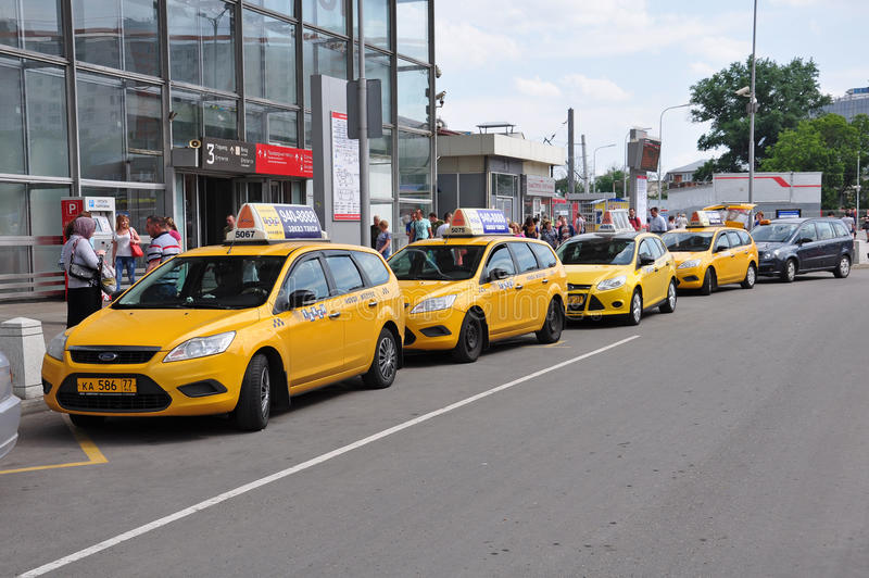 MOSCOW, RUSSIA - 15.06.2015. Several yellow taxis near Kursk railway station stock photography