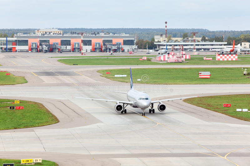 Download Airbus A320 Prepares For Take-off In Sheremetyevo Editorial Stock Image - Image: 29734094