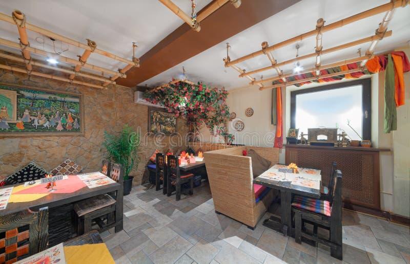 MOSCOW - SEPTEMBER 2014: Inredning och inredning av restaurangen i indisk matkemikalie royaltyfri foto