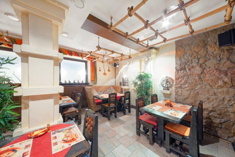 MOSCOW - SEPTEMBER 2014: Inredning och inredning av restaurangen i indisk matkemikalie royaltyfri bild