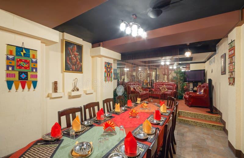 MOSCOW - SEPTEMBER 2014: Inredning och inredning av restaurangen i indisk matkemikalie arkivfoto