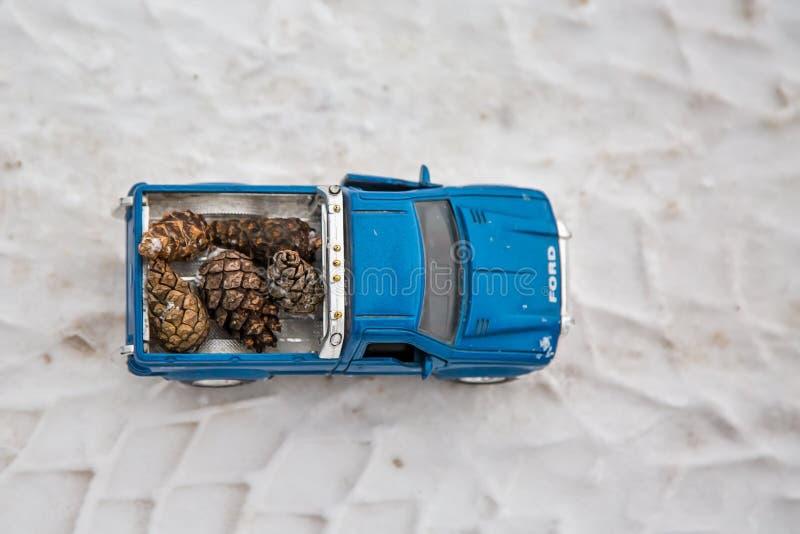 moscow Styczeń 2019 Odgórny widok zabawkarska Ford F350 furgonetka na zimy drodze Nieść jedlinowych rożki Na opona śladach istny  obrazy stock
