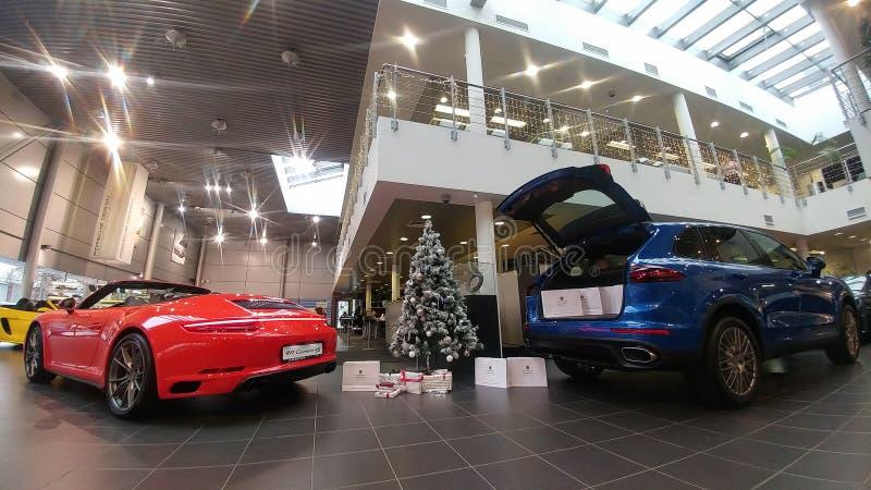 moscow Vinter 2019 Nytt år i den Porsche mitten 911 Carrera och Macan nära julträd Gåvor i stammen royaltyfria foton