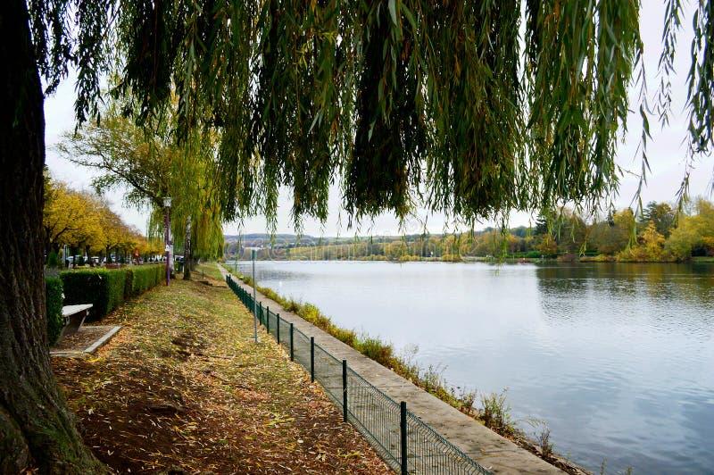 Moselle brzeg rzeki przy Remich zdjęcie royalty free