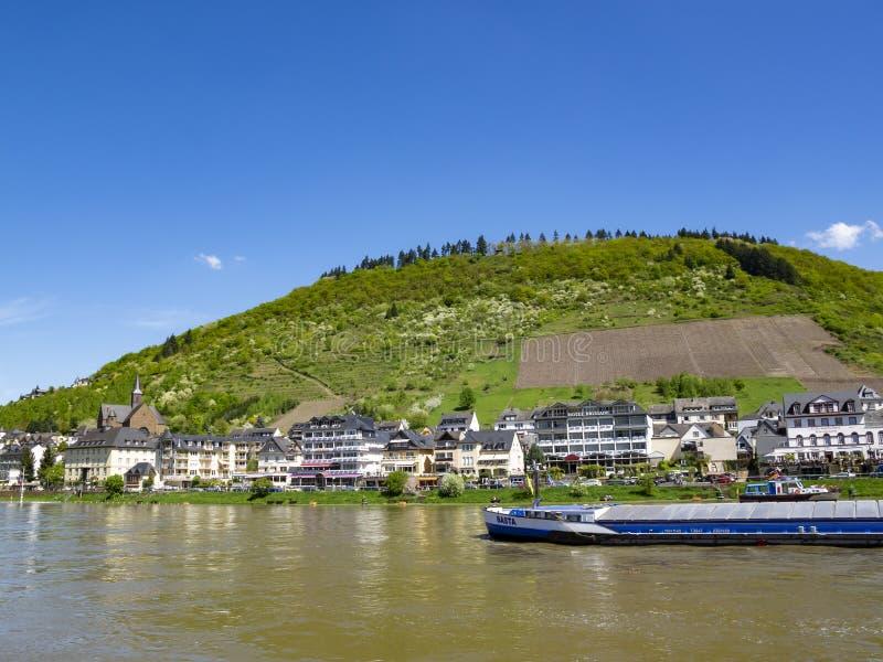 Moselle flod med ett lastfartyg på Cochem, Rheinland-Pfalz, Tyskland fotografering för bildbyråer