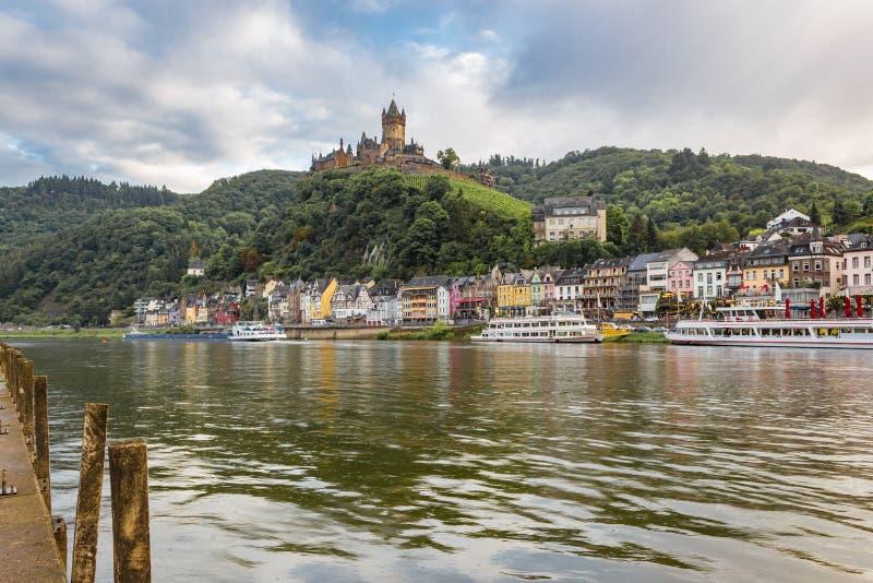 Moselle rzeka, Cochem Niemcy z imperiału kasztelem na zboczu zdjęcia stock