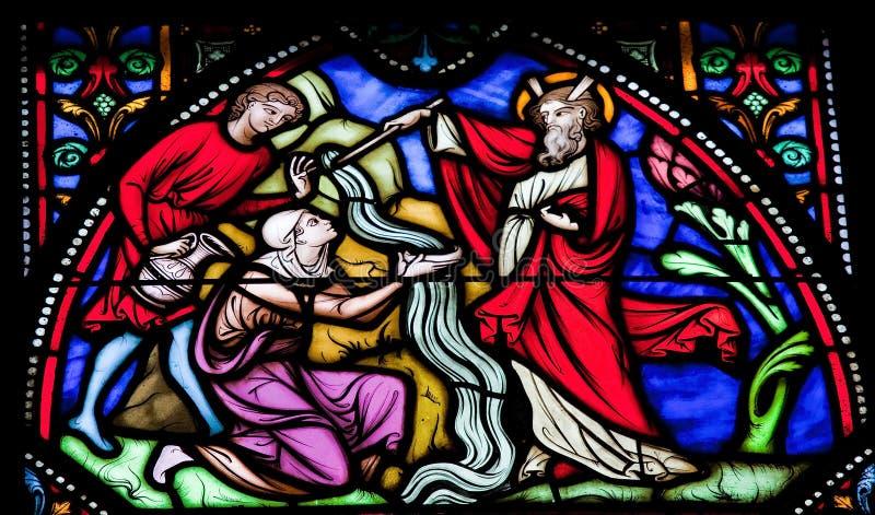 Moses slår vatten från rocken arkivbild