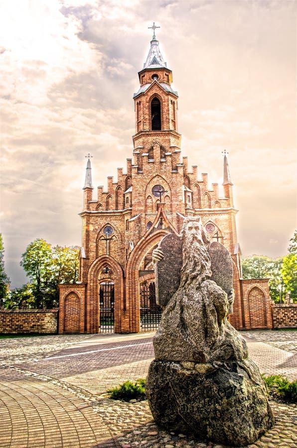 Moses-Statue und eine gotische Kirche in einem Hintergrund, Kernave, Litauen stockfotografie