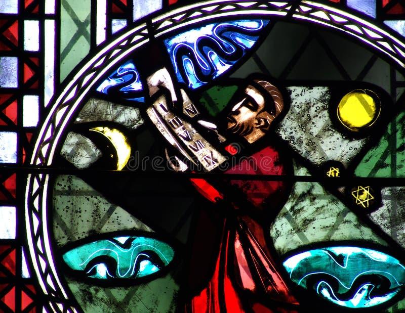 Moses y los diez mandamientos en vitral imagenes de archivo