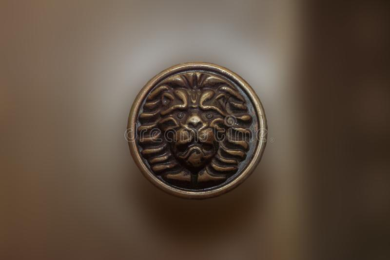 Mosi??na drzwiowa ga?eczka w postaci lwa z zamazanym t?em zdjęcia royalty free